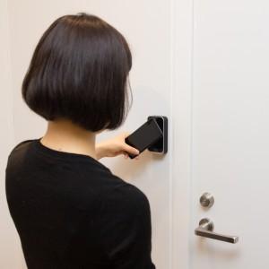 iPhone7をNFCリーダーにかざす_ドア外_1_mini
